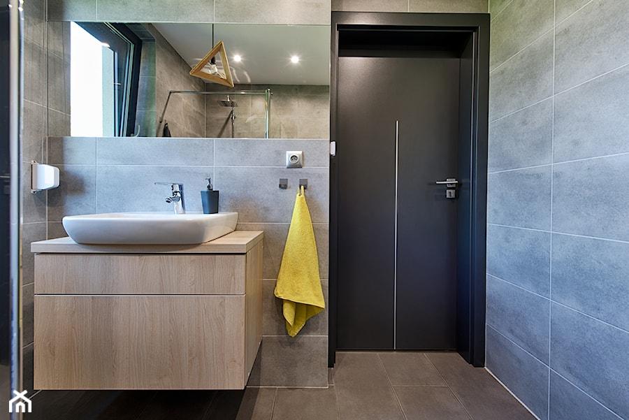 Elmo - Mała szara łazienka na poddaszu w bloku w domu jednorodzinnym z oknem, styl nowoczesny - zdjęcie od Niuans projektowanie wnętrz