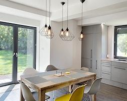 Elmo - Średnia otwarta beżowa kuchnia jednorzędowa z oknem, styl nowoczesny - zdjęcie od Niuans projektowanie wnętrz - Homebook