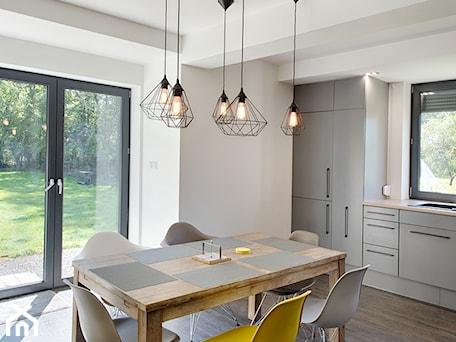 Aranżacje wnętrz - Kuchnia: Elmo - Średnia otwarta beżowa kuchnia jednorzędowa z oknem, styl nowoczesny - Niuans projektowanie wnętrz. Przeglądaj, dodawaj i zapisuj najlepsze zdjęcia, pomysły i inspiracje designerskie. W bazie mamy już prawie milion fotografii!