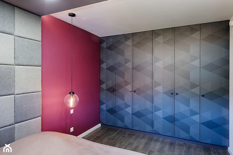 Elmo - Średnia różowa sypialnia małżeńska, styl nowoczesny - zdjęcie od Niuans projektowanie wnętrz