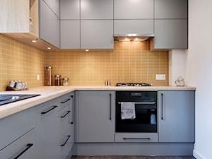 Elmo - Średnia zamknięta biała pomarańczowa kuchnia w kształcie litery l, styl nowoczesny - zdjęcie od Niuans projektowanie wnętrz
