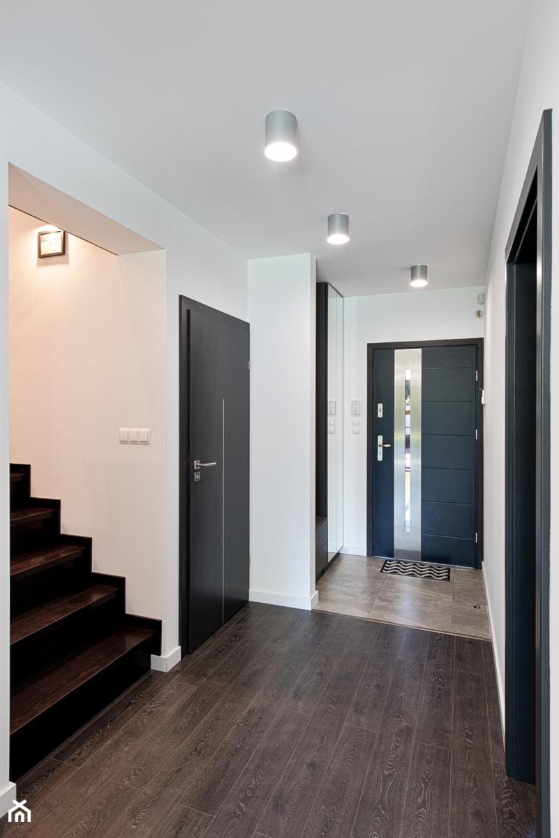 Elmo - Średni biały hol / przedpokój, styl nowoczesny - zdjęcie od Niuans projektowanie wnętrz