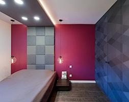Elmo - Mała szara czerwona sypialnia małżeńska, styl nowoczesny - zdjęcie od Niuans projektowanie wnętrz - Homebook