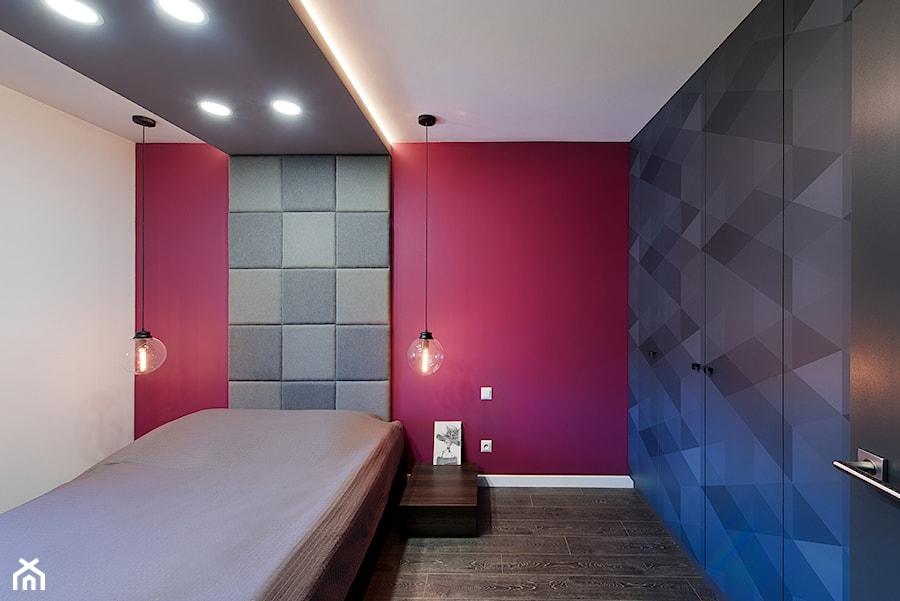 Elmo - Mała szara czerwona sypialnia małżeńska, styl nowoczesny - zdjęcie od Niuans projektowanie wnętrz