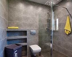 Elmo - Średnia szara łazienka z oknem, styl nowoczesny - zdjęcie od Niuans projektowanie wnętrz - Homebook