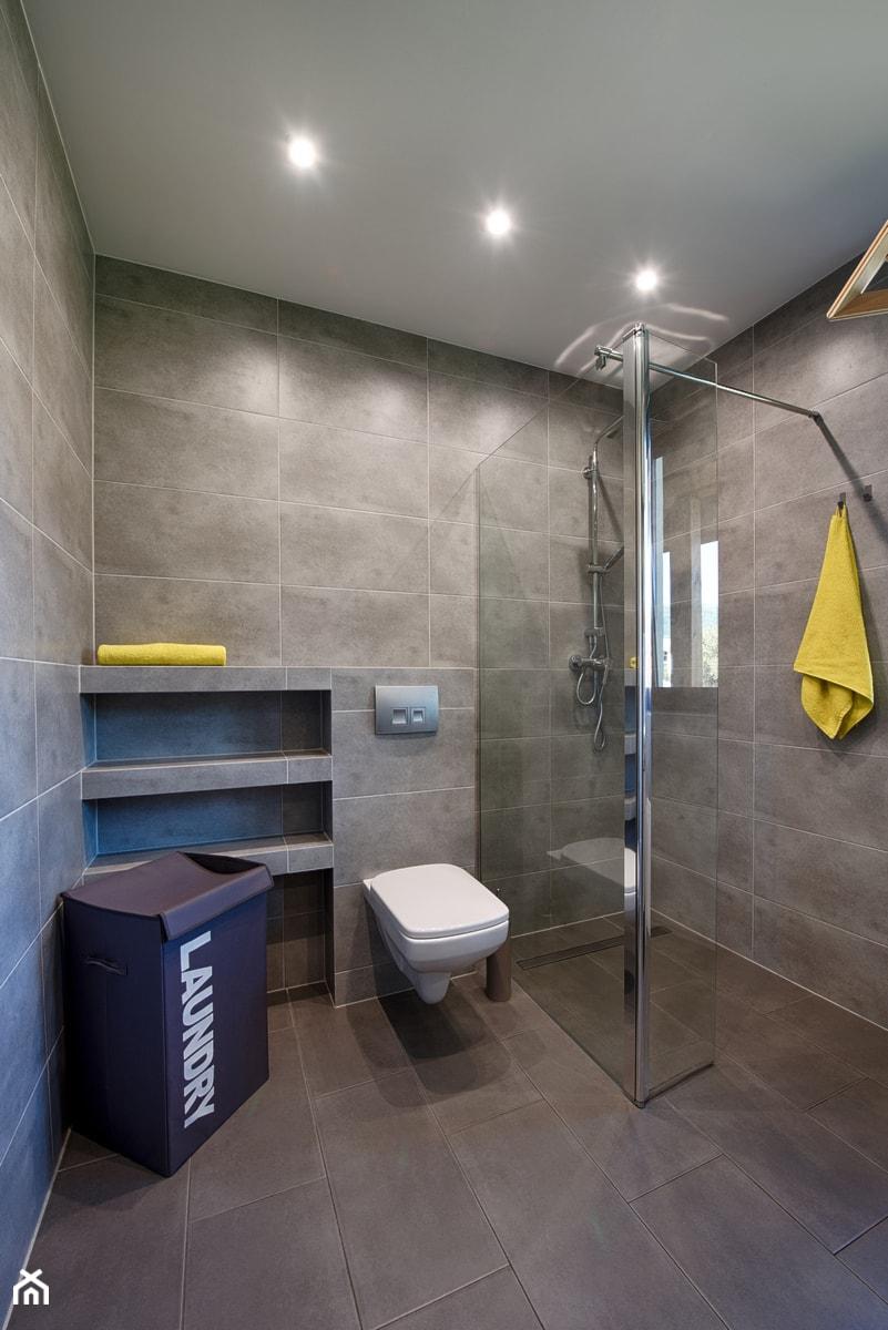 Elmo - Średnia szara łazienka z oknem, styl nowoczesny - zdjęcie od Niuans projektowanie wnętrz