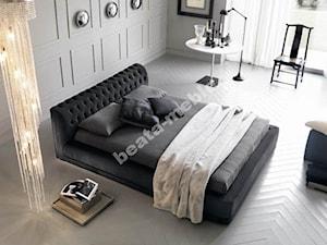 Stylowe łóżko Charlie z ciekawym, nietypowym wezgłowiem.