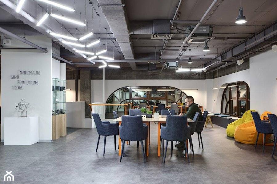 Hub wnętrza publiczne styl industrialny zdjęcie od nika