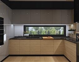 Nowoczesna+kuchnia+z+w%C4%85skim+oknem+biel+i+drewno+-+zdj%C4%99cie+od+Qualita+Interno