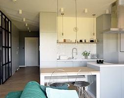 Soft loft - Średnia otwarta biała kuchnia dwurzędowa w aneksie, styl skandynawski - zdjęcie od KOLORUM - Homebook