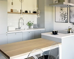 Soft loft - Mała otwarta wąska biała kuchnia dwurzędowa w aneksie z wyspą, styl skandynawski - zdjęcie od KOLORUM