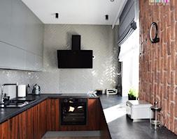 Na Modrzewinie - Średnia kuchnia w kształcie litery u z oknem, styl nowoczesny - zdjęcie od KOLORUM - Homebook