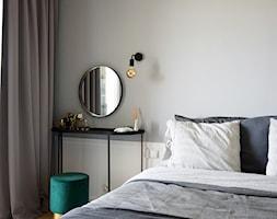 Soft loft - Mała szara sypialnia małżeńska, styl skandynawski - zdjęcie od KOLORUM - Homebook