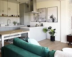 Soft loft - Średnia otwarta biała kuchnia jednorzędowa w aneksie z wyspą, styl skandynawski - zdjęcie od KOLORUM - Homebook