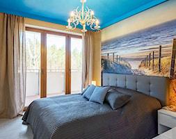 mieszkanie w stylu marynistycznym - Mała szara żółta sypialnia małżeńska, styl skandynawski - zdjęcie od KOLORUM