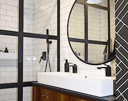 Soft loft - Mała biała łazienka w bloku w domu jednorodzinnym bez okna, styl industrialny - zdjęcie od KOLORUM - Homebook