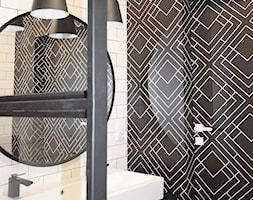 Soft loft - Mała biała czarna łazienka w bloku w domu jednorodzinnym bez okna, styl industrialny - zdjęcie od KOLORUM - Homebook