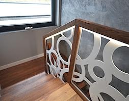 Schody dębowe z balustradą wycinaną laserowo - zdjęcie od Schodo-System - Homebook
