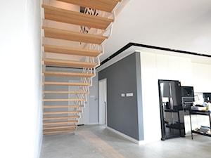 Nowoczesne schody ażurowe z metalową balustradą