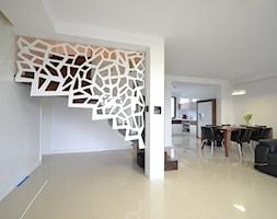 Nowoczesne schody dywanowe ze ścianą / balustradą ażurową - zdjęcie od Schodo-System