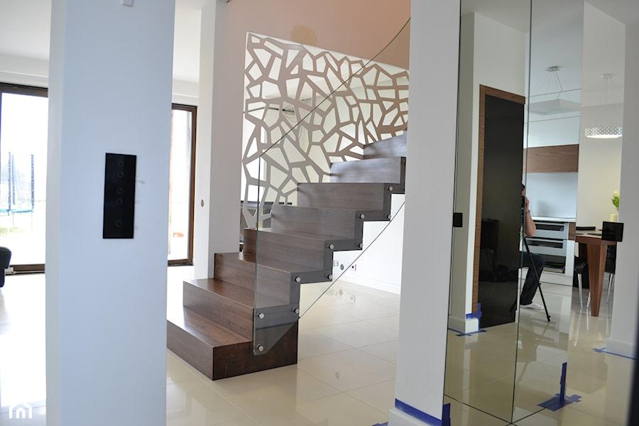 nowoczesne schody dywanowe ze ścian� balustrad� ażurow�