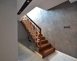 Schody dębowe Schodo-System z balustradą wycinaną laserowo - zdjęcie od Schodo-System - Homebook