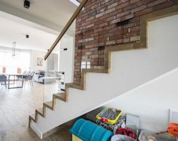 Schody dywanowe okładane na beton Schodo-System z balustradą szklaną - zdjęcie od Schodo-System - Homebook