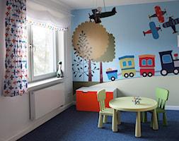 Pokój rocznego chłopca - Mały biały niebieski pokój dziecka dla ucznia dla malucha, styl skandynawski - zdjęcie od JC ARCHITEKCI