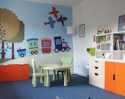 Pokój rocznego chłopca - Mały biały pokój dziecka dla chłopca dla dziewczynki dla ucznia dla malucha, styl skandynawski - zdjęcie od JC ARCHITEKCI