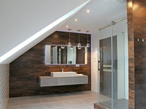 Duża nowoczesna biała łazienka z drewnem