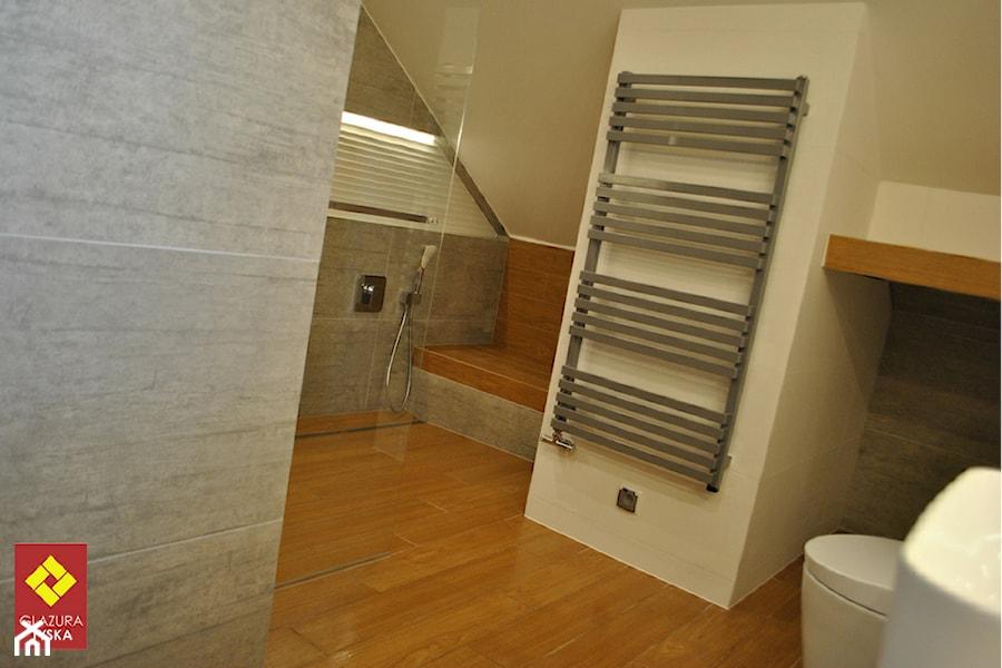 Łazienka w bieli i drewnie - zdjęcie od GLAZURA TYSKA - Salon łazienek