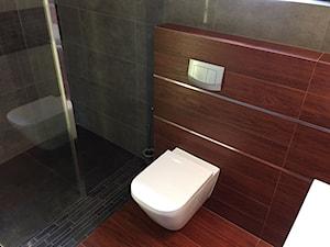 Łazienka w szarości z gresem drewnopodobnym