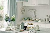 kuchnia w stylu prowansalskim, białe meble kuchenne, błękitny obrus w białe kropki, błękitne zasłony