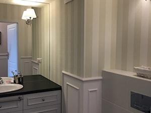 Angielska Elegancja - Styl Hampton - Mała biała zielona miętowa łazienka bez okna, styl rustykalny - zdjęcie od DISENO INTERIORS - Apartamenty PREMIUM