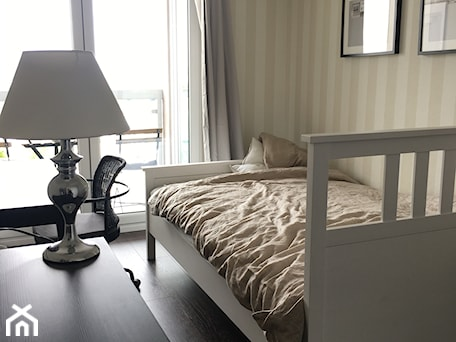 Aranżacje wnętrz - Sypialnia: Angielska Elegancja - Styl Hampton - Mała beżowa biała sypialnia dla gości z balkonem / tarasem, styl rustykalny - DISENO INTERIORS - Apartamenty PREMIUM. Przeglądaj, dodawaj i zapisuj najlepsze zdjęcia, pomysły i inspiracje designerskie. W bazie mamy już prawie milion fotografii!