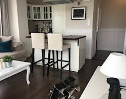 Angielska Elegancja - Styl Hampton - Mały biały brązowy salon z kuchnią z jadalnią, styl rustykalny - zdjęcie od DISENO INTERIORS - Apartamenty PREMIUM