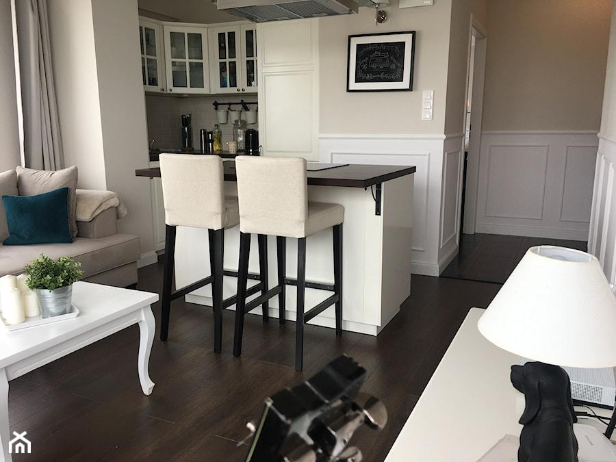 Aranżacje wnętrz - Salon: Angielska Elegancja - Styl Hampton - Mały biały brązowy salon z kuchnią z jadalnią, styl rustykalny - DISENO INTERIORS - Apartamenty PREMIUM. Przeglądaj, dodawaj i zapisuj najlepsze zdjęcia, pomysły i inspiracje designerskie. W bazie mamy już prawie milion fotografii!