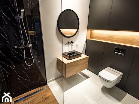 Aranżacje wnętrz - Łazienka: Realizacja - Apartament przy Parku - Średnia biała czarna łazienka w bloku w domu jednorodzinnym bez okna - DISENO INTERIORS - Apartamenty PREMIUM. Przeglądaj, dodawaj i zapisuj najlepsze zdjęcia, pomysły i inspiracje designerskie. W bazie mamy już prawie milion fotografii!