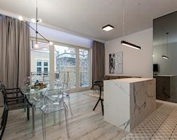 Eleganski Minimalizm - Realizacja - Duża otwarta szara jadalnia w kuchni w salonie - zdjęcie od DISENO INTERIORS - Apartamenty PREMIUM
