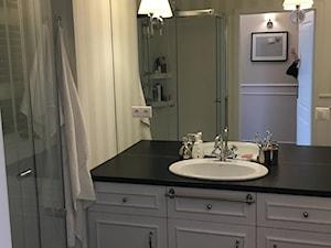 Angielska Elegancja - Styl Hampton - Średnia łazienka bez okna, styl rustykalny - zdjęcie od DISENO INTERIORS - Apartamenty PREMIUM