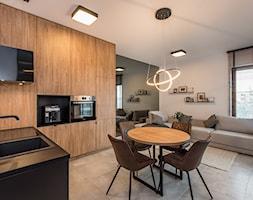 Realizacja - Apartament przy Parku - Mała otwarta biała szara jadalnia w kuchni w salonie - zdjęcie od DISENO INTERIORS - Apartamenty PREMIUM