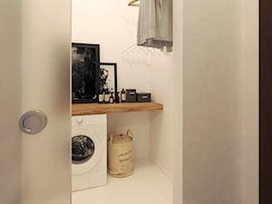Elegancki Minimalizm - Mała biała łazienka w bloku w domu jednorodzinnym bez okna - zdjęcie od DISENO INTERIORS - Apartamenty PREMIUM