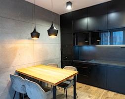 Mieszkanie z czarną kuchnią w Kaliszu - Jadalnia, styl industrialny - zdjęcie od E Home Design - Homebook