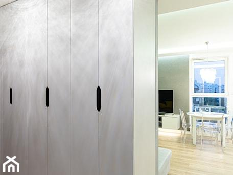 Aranżacje wnętrz - Hol / Przedpokój: Mieszkanie w stylu glamour w Kaliszu - Hol / przedpokój, styl glamour - E Home Design. Przeglądaj, dodawaj i zapisuj najlepsze zdjęcia, pomysły i inspiracje designerskie. W bazie mamy już prawie milion fotografii!