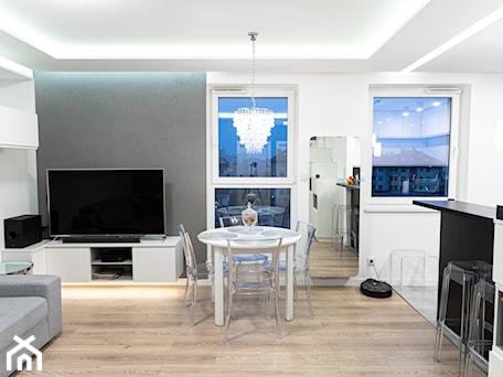 Aranżacje wnętrz - Salon: Mieszkanie w stylu glamour w Kaliszu - Salon, styl glamour - E Home Design. Przeglądaj, dodawaj i zapisuj najlepsze zdjęcia, pomysły i inspiracje designerskie. W bazie mamy już prawie milion fotografii!