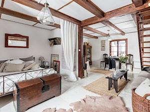 89M, dom letniskowy k.Warszawy - Średnia biała sypialnia małżeńska, styl rustykalny - zdjęcie od DZIURDZIAprojekt