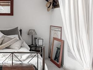 89M, dom letniskowy k.Warszawy - Mała biała sypialnia małżeńska, styl vintage - zdjęcie od DZIURDZIAprojekt