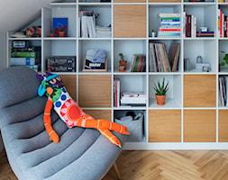 78, Praga północ - Małe białe biuro kącik do pracy na poddaszu, styl vintage - zdjęcie od DZIURDZIAprojekt