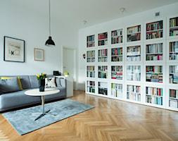 52m, Kamionek, Wwa - Średni biały salon z bibiloteczką, styl skandynawski - zdjęcie od DZIURDZIAprojekt - Homebook