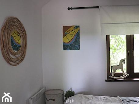 Aranżacje wnętrz - Sypialnia: Kurnik po renowacji, k.Mińska Mazowieckiego - Mała biała sypialnia na poddaszu, styl rustykalny - DZIURDZIAprojekt. Przeglądaj, dodawaj i zapisuj najlepsze zdjęcia, pomysły i inspiracje designerskie. W bazie mamy już prawie milion fotografii!